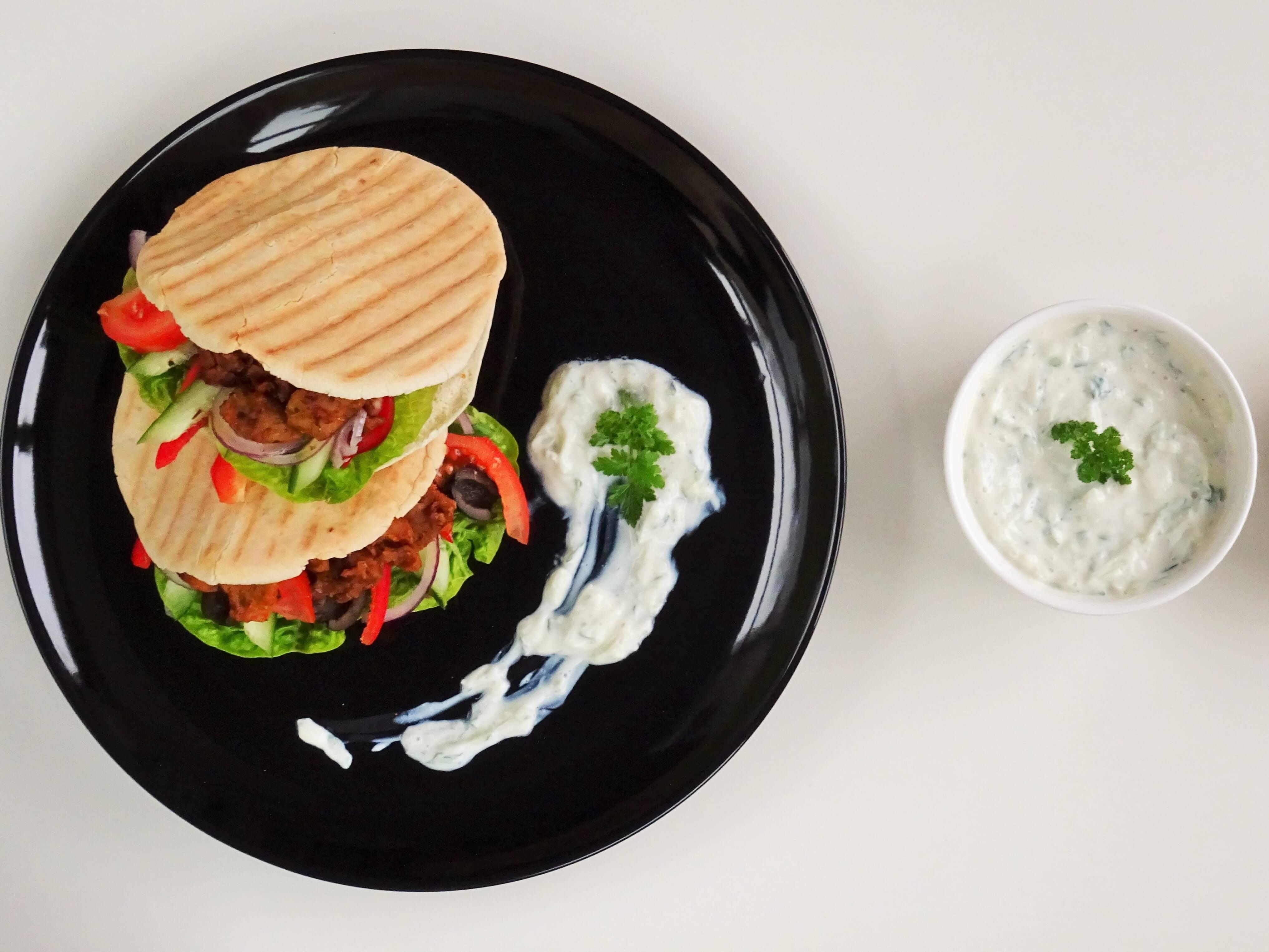 Pita met vegan gyros en tzatziki
