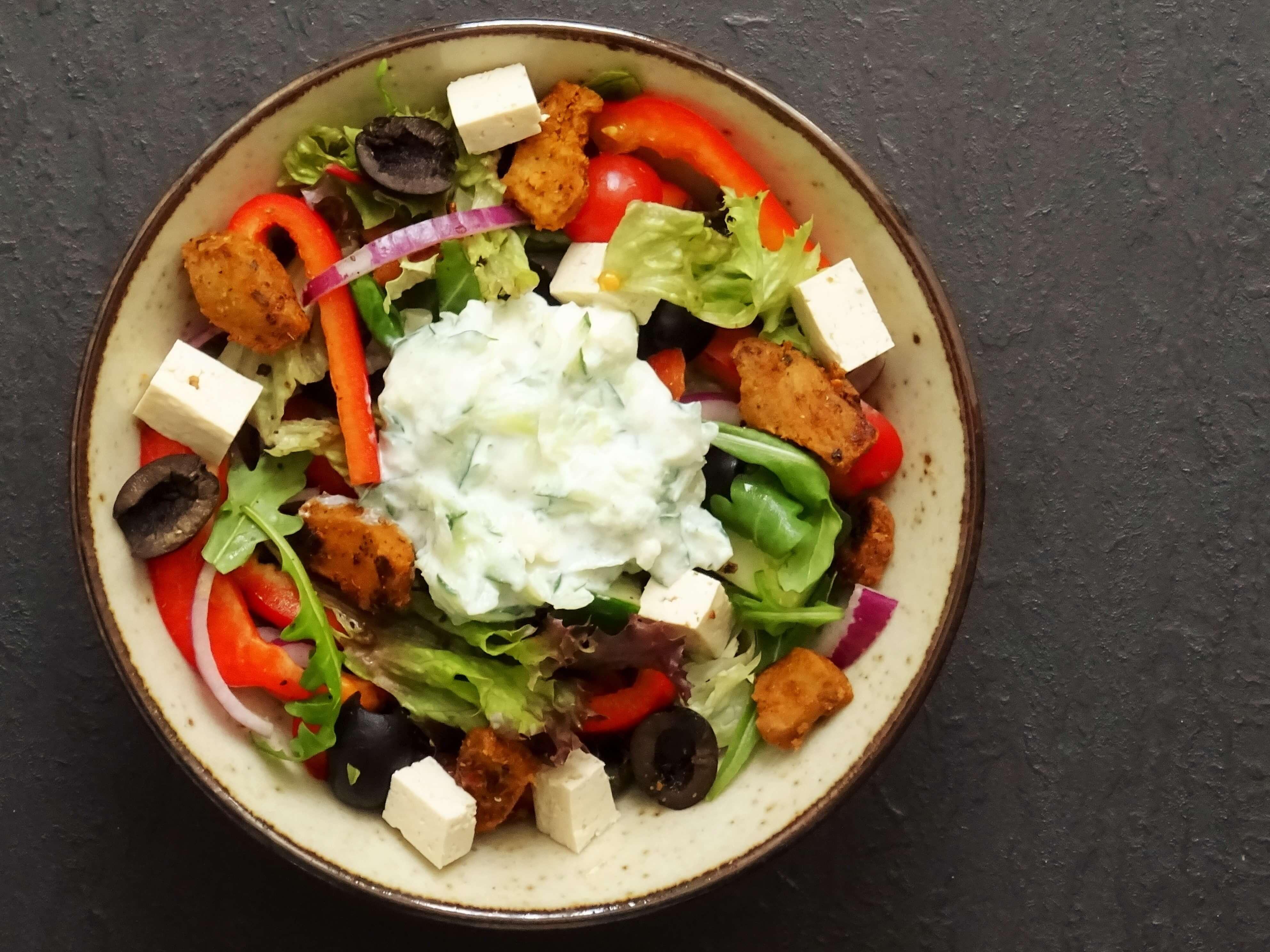 Griekse salade met kebap gyros en feto